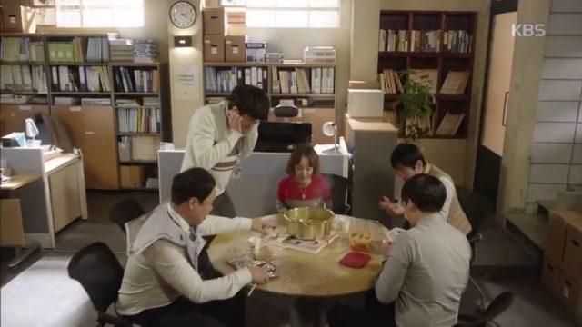 経理部職人たちは今日もラーメンを食べながらキム課長が早退した事を非難します。