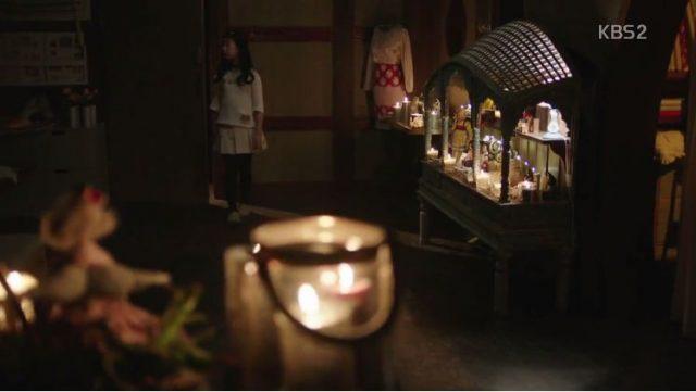 キャンドルと人形が多い部屋