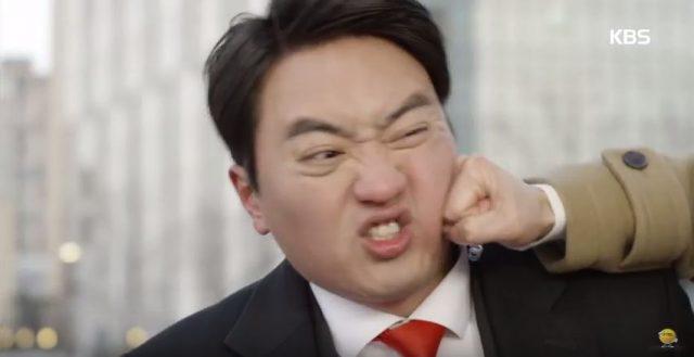 キム課長が我慢できず、警護員に殴りかかります。