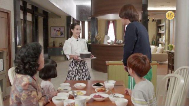家族で食事中のジョンヒにウニは韓国の味噌なべを持ってきます。