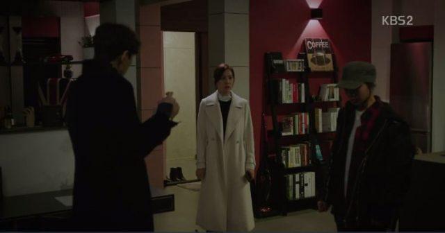 ジェボクはボングの電話を返すために彼の家に来て、ナミの姿を見るようになります。