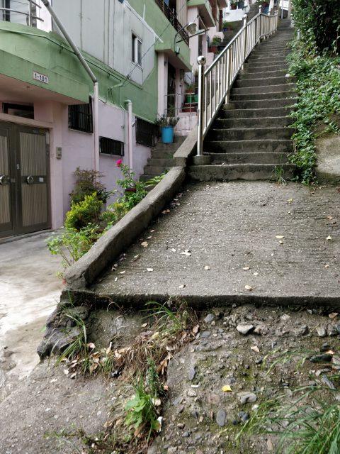 この階段が見えてくると左に曲がってください