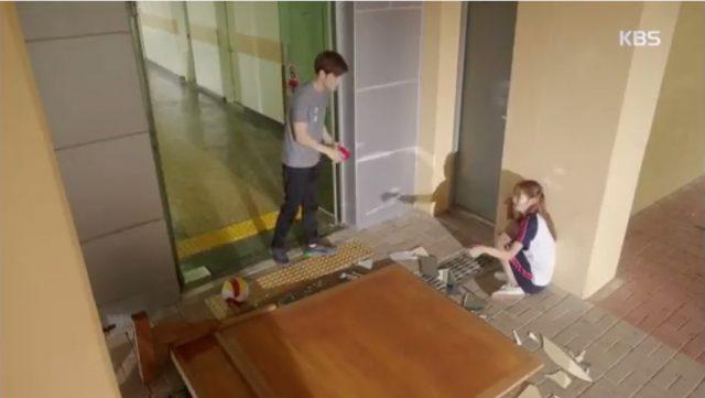 学校の鏡を割って驚いてるスジン