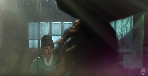 イ・ヨンの護衛武士である金・ビョンヨン(グァク・ドンヨン)に遇います。