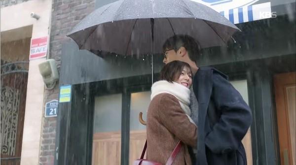 感動したユニはチウォンに抱かれました。