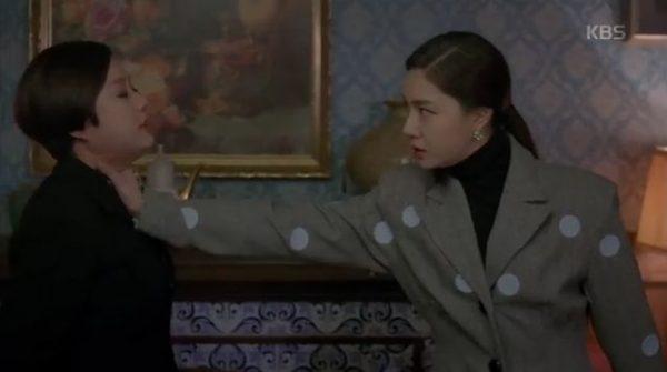彼女を抑えようとしたベッキはシャロンの手に当たって倒れました