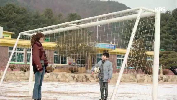 最後の卒業式を控えた分校では、ソウルに行った友達と一緒に卒業するとして卒業を拒否するサングという子供がいました