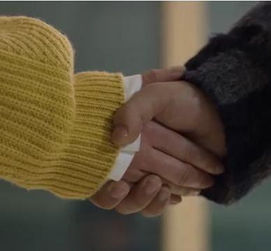 ジ・スホは手を握って、「君が私を思い出して欲しかった」と言いました。