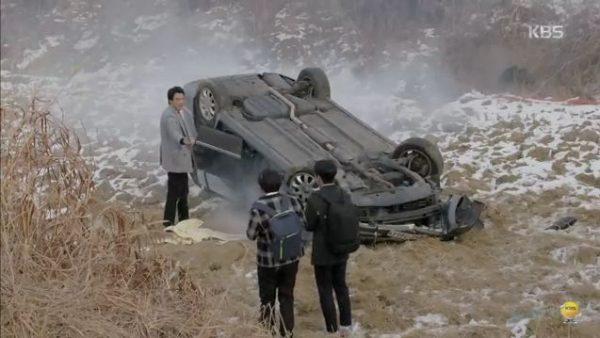 車は形をわからないほど大きな事故だったにもかかわらずスホは傷一つなく 車から出てきました。