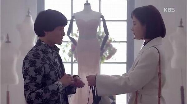 ヘラはシャロンブティックを訪ねスングに 「本当に感謝で、また恐ろしいコートです」という話と一緒にシャロンが作ってくれた紫色のコートを返しました