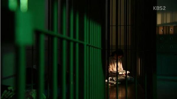 殺害疑いで逮捕されたユン・ミジュは試験が心配で留置場でも勉強中で