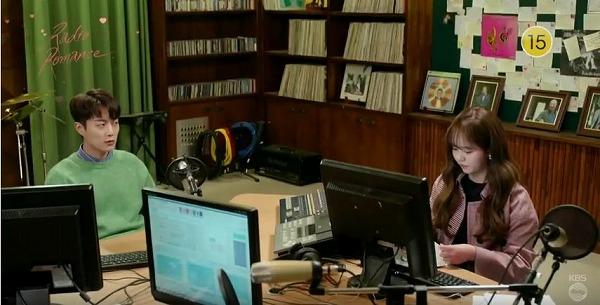 ラジオを放送中のジスホとソングリム