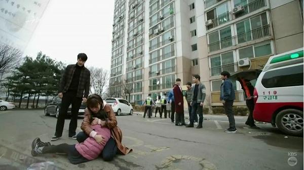 ウォンジェはアパートの下に火炎瓶を投げ、 イェナの母が全身やけどを負う事故が発生しました