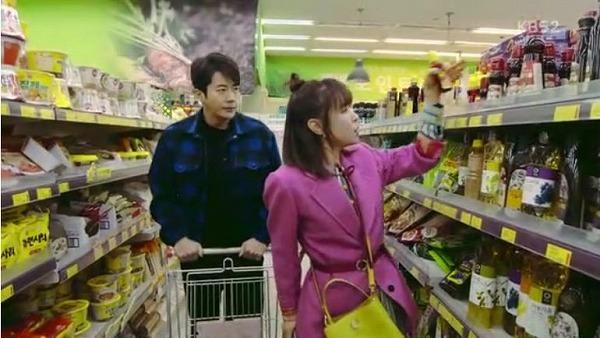 ユ・ソルオクは警察塾に10%割引で登録をした後、安く登録できた分をハ・ワンスンにご馳走しようと思って二人は買い物を行きます。