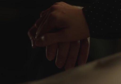 カン・セヨンがそ・ジュンヒに好感を得る為に近寄ってくるとジンアはテーブルの下でジュンヒの手を握ります。