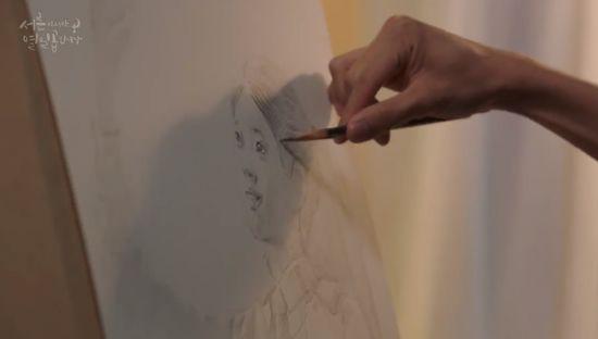 絵を描くコン・ウジンはウ・ソリに一目ぼれして、ウ・ソリを考えながら、彼女を図に描きました。