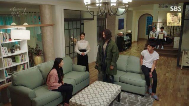 ウ・ソリは叔父キム・ヒョンギュ(イスンジュン)家に住んでいるコン・ウジンに「何かおかしいです」と話しています。