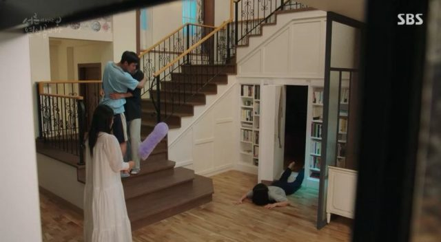 コン・ウジンとユチャンは、最終的に幽霊服装をしたウ・ソリを見つけて仰天します。