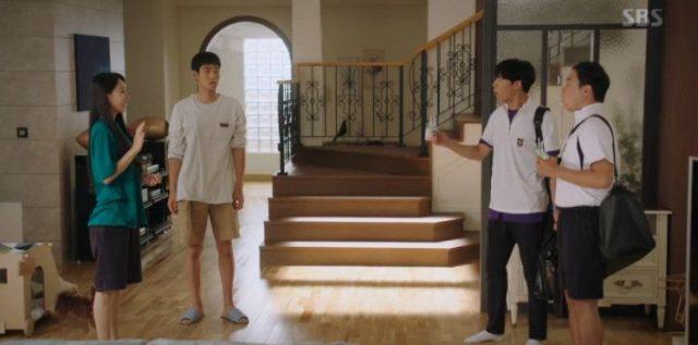 家に入ってきたユ・チャンの友人は、ウ・ソリを見てウ・ソリを探している人がいて、名刺をくれたと言いますが名刺を失った後でした。