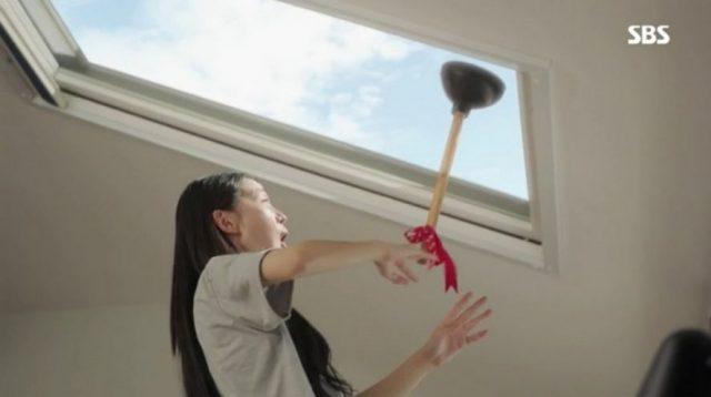 ウ・ソリはラバーカップをプレゼントして、コン・ウジンの部屋の天井窓が開かれるという事実を教えてあげました。