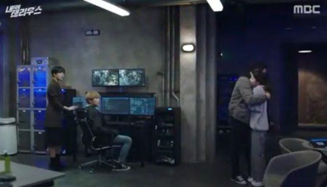 コ・エリンをキム・ボンが近づいてきて抱きしめてしまいます。