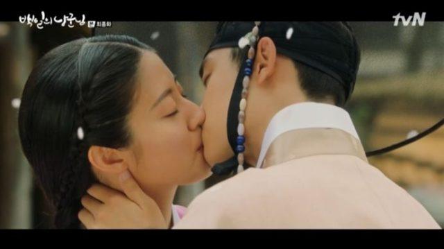 イ・ユルはホンシムにもう一度プロポーズをして彼の心を受け入れたホンシムは口を合わせて、永遠の愛を約束しました。