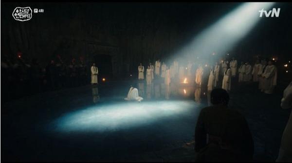 大神殿の火の部屋で神聖裁判が開かれ、膝を屈したタゴンの横に アサロンと祭官が意識を進めました。