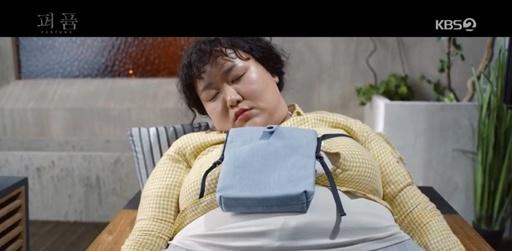 ミン・ジェヒはソ・イドの要求どおりソ・イドの家をきれいに掃除して、 しばらく眠っている間に体が元に戻ります。