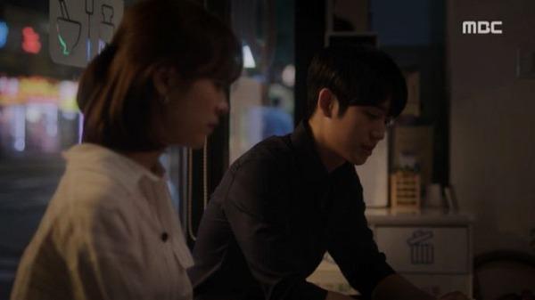 ユ・ジホとイ・ジョンインは、夜遅く薬局に座って会話をしました。