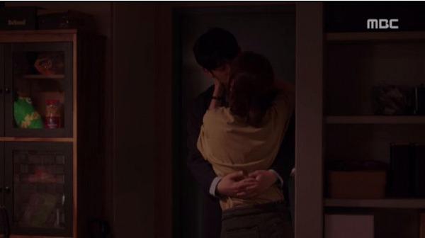 二人は会うやいなやキスをしました。