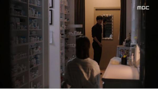 クォン・キソクとの出会い後ユ・ジホが薬局に戻るとイ・ジョンインが待っていました。