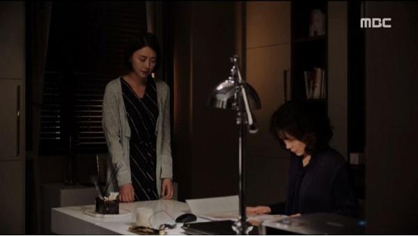 姉で長女のイ・ソイン妊娠をお祝いしに来た母シン・ヒョンソンに、イ・ソインは今まで旦那に暴力を受けてきたことを打ち明けます