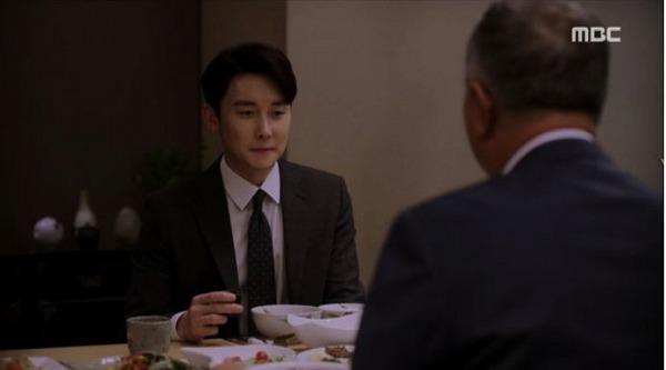 クォン・キソクはジョンインの父に会って結婚の話したし、両親同士の結婚の日を決めてほしいとお願いしました。