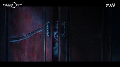 クローゼットから奇妙な笑い声が聞こえて、少しずつドアが開き始めました。