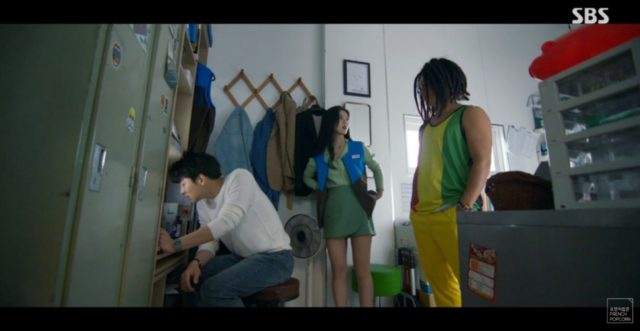 キム・ユジョングリーン色のパンツスカート