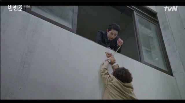 ヴィンチェンツォは、チンピラパク・ソクドを一瞬で両手を結んで建物の外側にぶら下げて